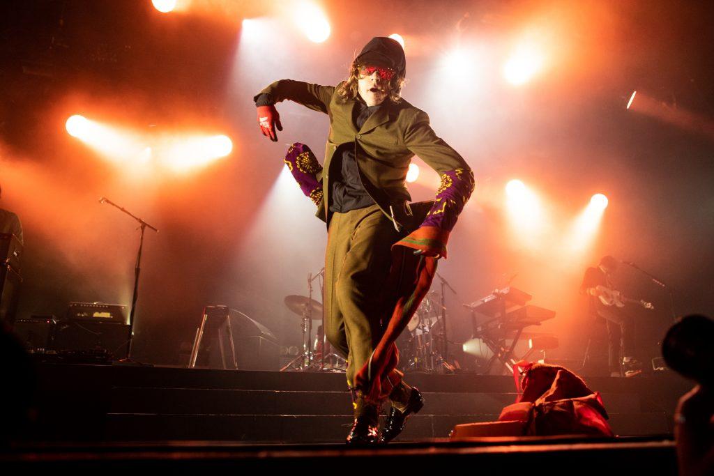Niet alleen zanger Shultz maar hele show van Cage the Elephant in 013 is perfect in balans